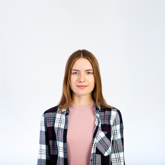 笑顔の金髪女性の肖像画