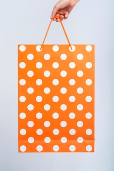開催中の白いドットとオレンジ色のバッグ