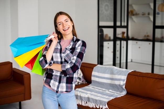 Среднего выстрела взволнованная женщина с набором сумок