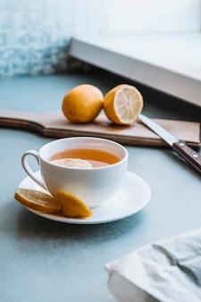 レモンのスライスとお茶のおいしいカップ