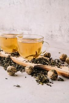 Набор чашек с чаем и грецкими орехами