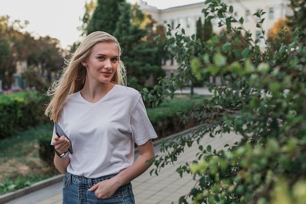 カメラ目線の若い女性の肖像画