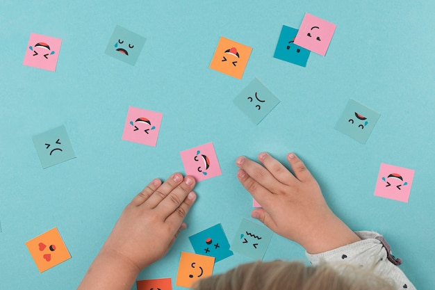 Детские руки играют с улыбающимися лицами
