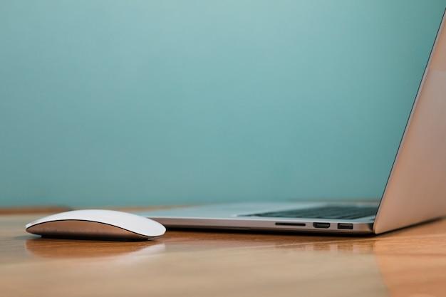 白いマウスの側面ビューラップトップ