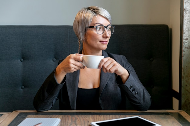 Вид спереди деловой женщины в перерыве