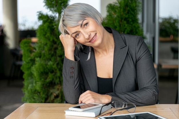 Вид спереди смайлик деловой женщины