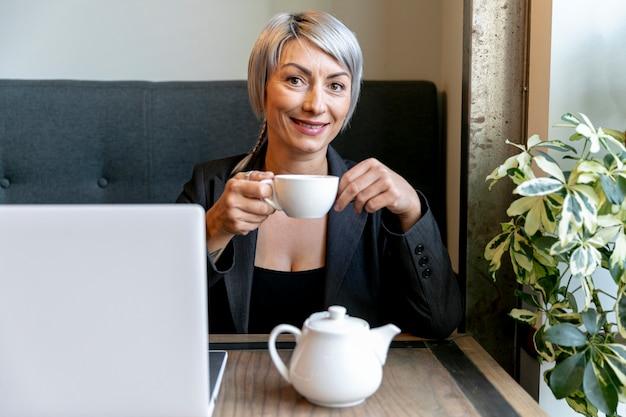 Время кофе спереди с деловой женщиной