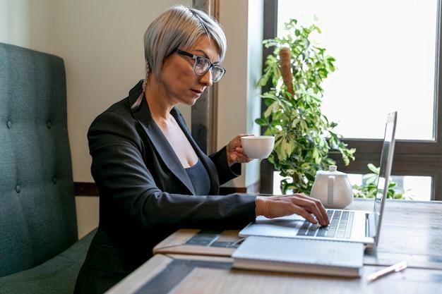 オフィスでの眺めのビジネス女性