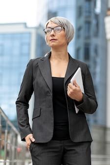 屋外のスーツで低角度の女性