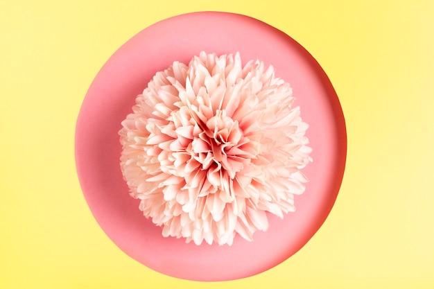 幾何学的な紙の形の中の美しい花