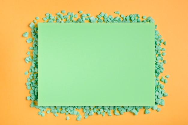緑の岩と緑の長方形のモックアップ