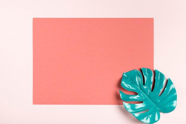 ピンクの長方形のモックアップに青緑色の葉