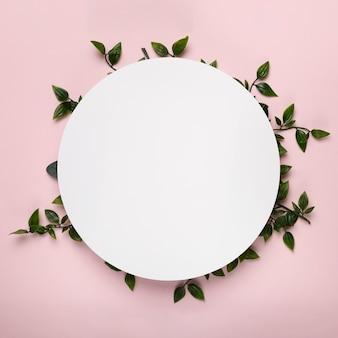 Макет белого круга на листьях