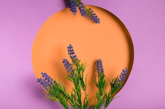 紫色のフレームとラベンダーの花