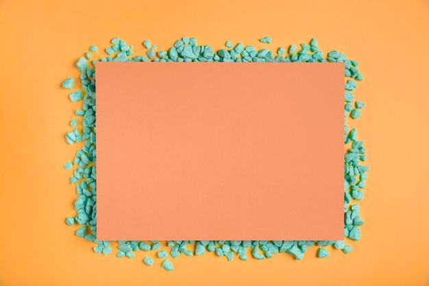 緑の岩とオレンジ色の長方形のモックアップ