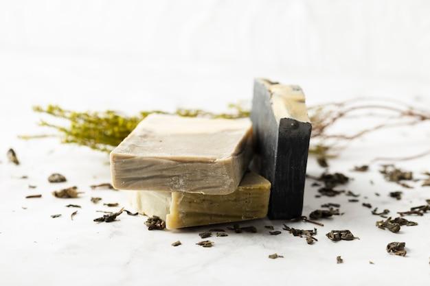 Высокий угол стопка натурального мыла