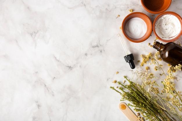 Вид сверху сыворотка и чашка с мягким кремом
