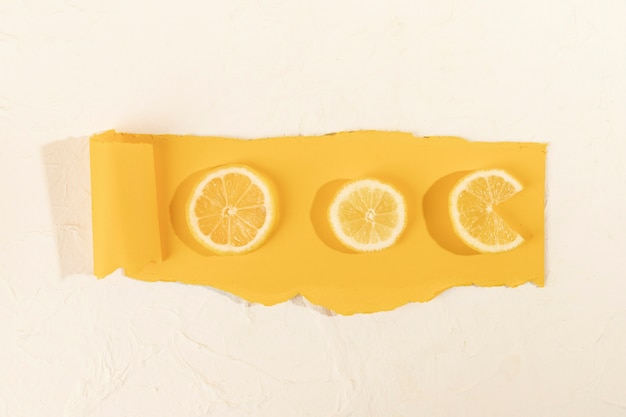Вид сверху ломтики лимона на столе