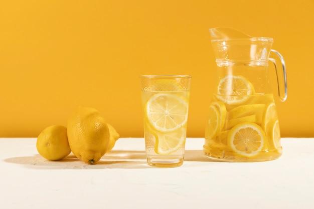 テーブルの上の正面新鮮なレモネード