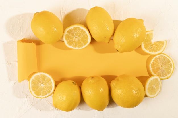 テーブルの上の新鮮なレモンのトップビュー