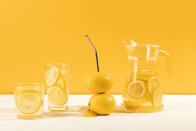 レモネードの正面のおいしいグラス