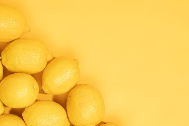 コピースペースとレモンのクローズアップの束