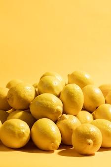 有機レモンのクローズアップの束