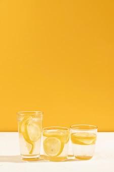 クローズアップの新鮮なレモネードグラス