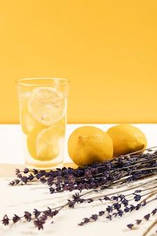 新鮮なレモネードのクローズアップガラス