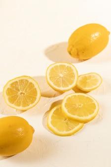Крупным планом свежие ломтики лимона