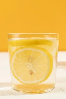 レモネードのクローズアップの新鮮なガラス