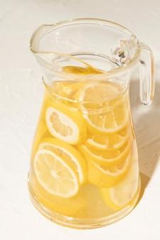 レモネードのおいしい瓶をクローズアップ