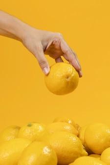 新鮮なレモンを持っているクローズアップ手