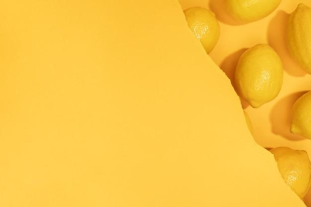 コピースペースとレモンのトップビューの束