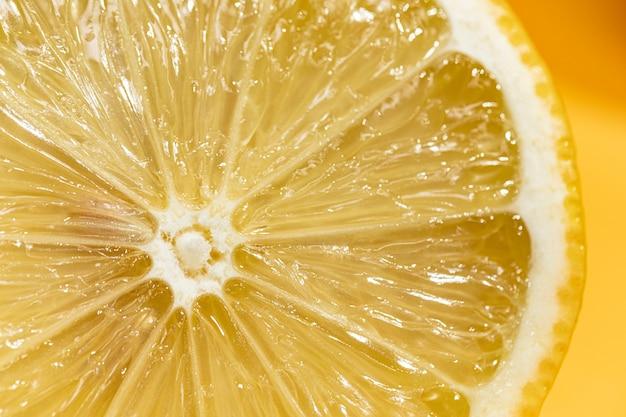 レモンのクローズアップの酸のスライス