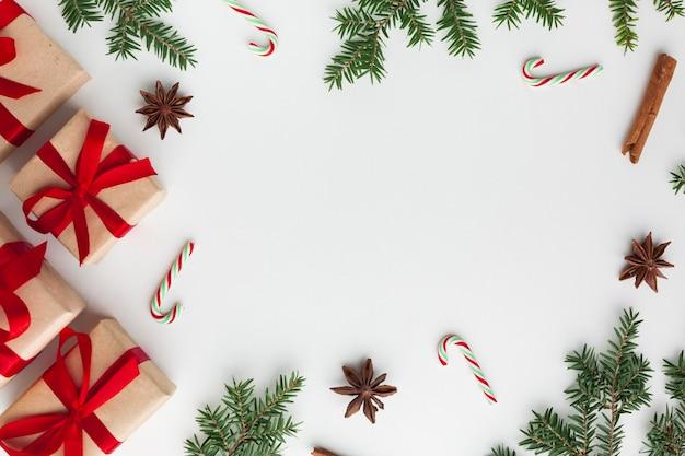 コピースペースを持つテーブルの上のクリスマスコンセプト