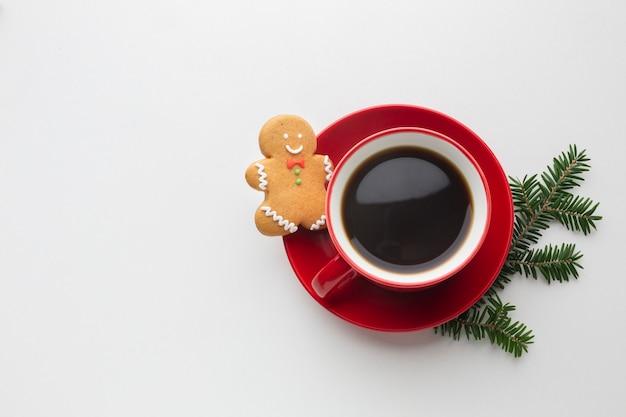 Вид сверху кофе с пряничным человечком