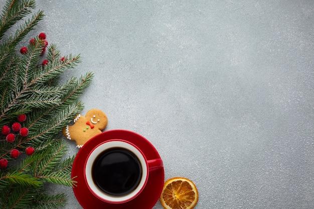 Рождественская чашка кофе с копией пространства