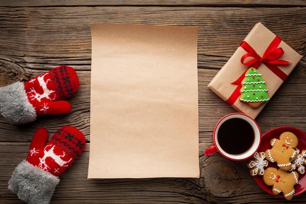テーブルの上のモックアップとトップビュークリスマスメモ