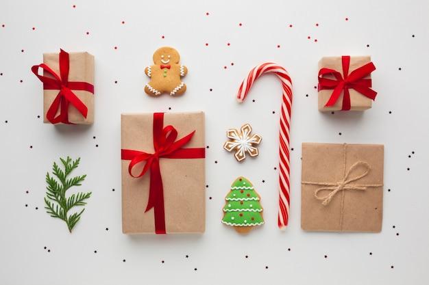 テーブルの上のクリスマスプレゼントのトップビュー
