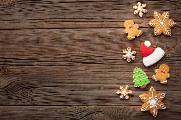 コピースペースを持つテーブルの上のクリスマスの装飾