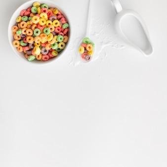 Красочные зерновых миску с копией пространства
