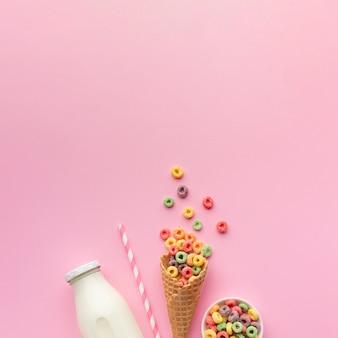 Вид сверху сахарный рожок и молоко с копией пространства