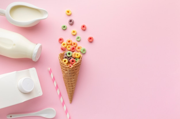 Вид сверху сахарный рожок с красочными хлопьями