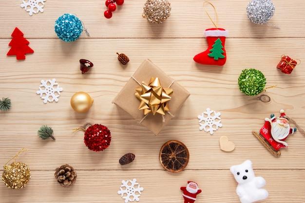 クリスマスの飾りと包まれたギフト