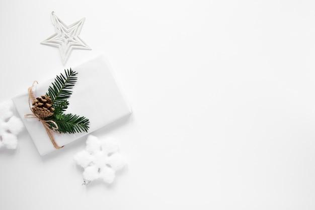 Завернутый белый подарок с копией пространства