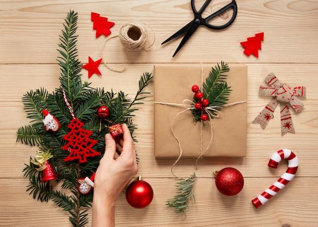 装飾的なプレゼントボックスとキャンディー杖