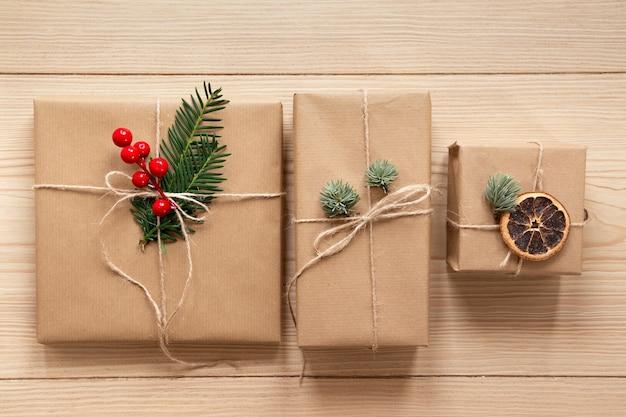 木製の背景にかわいいプレゼント