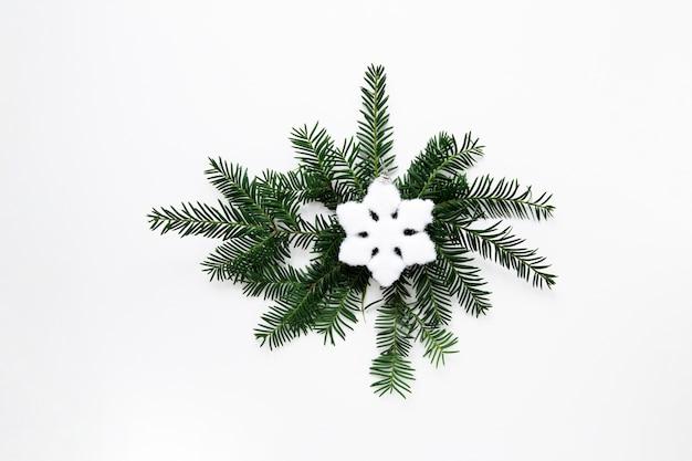 スノーフレークフラットでクリスマスの装飾を置く