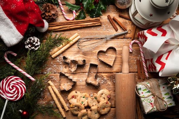 Вид сверху рождественские сладости с посудой
